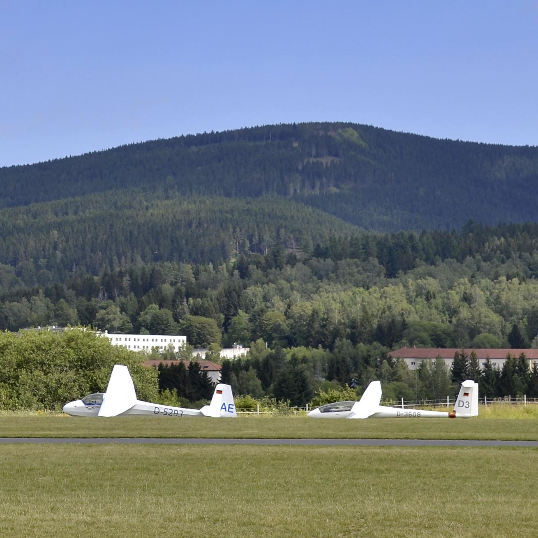 2 Segelflugzeuge aus Düsseldorf vor dem Thüringer Wald in Suhl