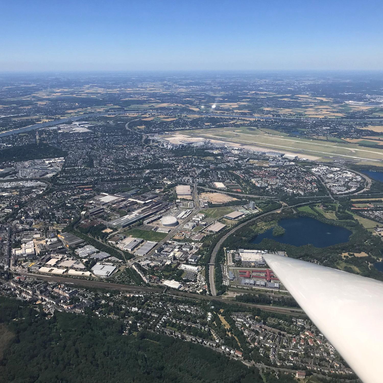 Blick auf Düsseldorf-Rath und den Flughafen Düsseldorf aus 1000m Höhe